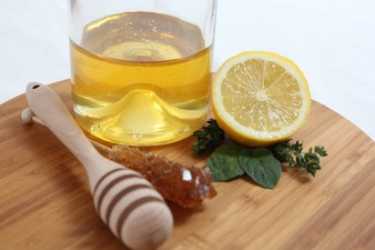 Lemon and honey mask to fight forehead acne